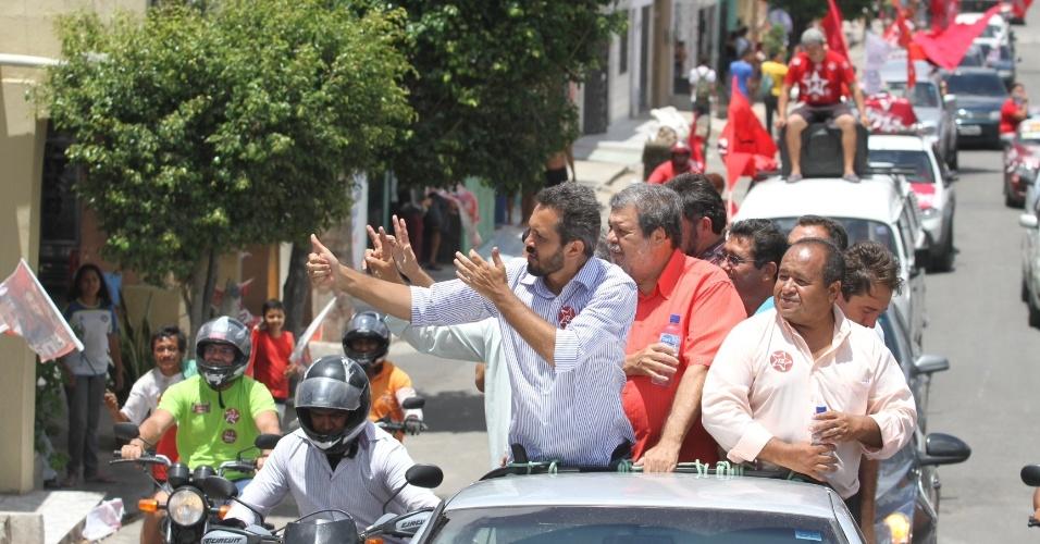 25.out.2012 - Elmano de Freitas, candidato do PT à Prefeitura de Fortaleza, fez uma minicarreata de campanha no bairro do Pirambú