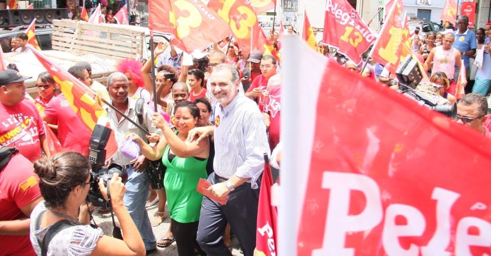 25.out.2012 - Nelson Pelegrino, candidato do PT à Prefeitura de Salvador, fez caminhada no bairro Pau da Lima, na capital baiana. Na última quarta-feira (24), o candidato do DEM, ACM Neto, esteve no mesmo bairro fazendo campanha