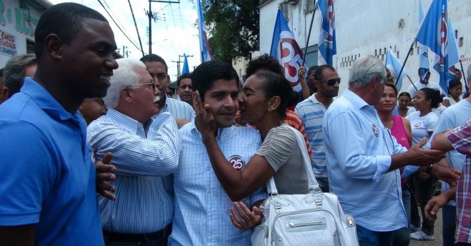 25.out.2012 - O candidato do DEM à Prefeitura de Salvador, ACM Neto, realizou caminhada de campanha pelo bairro de Cajazeiras, na capital baiana