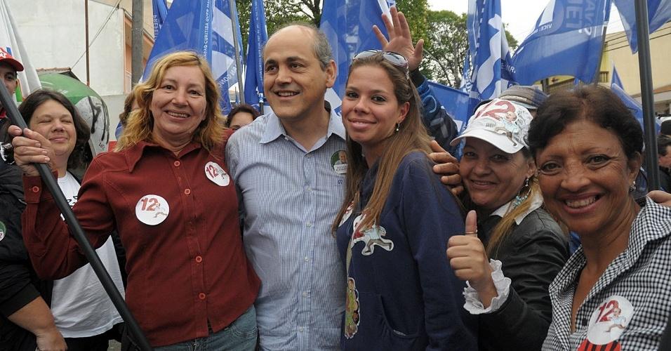 25.out.2012 - O candidato do PDT à Prefeitura de Curitiba, Gustavo Fruet (de camisa azul), faz campanha pela Vila São Pedro, no bairro Xaxim, região sul da capital paranaense