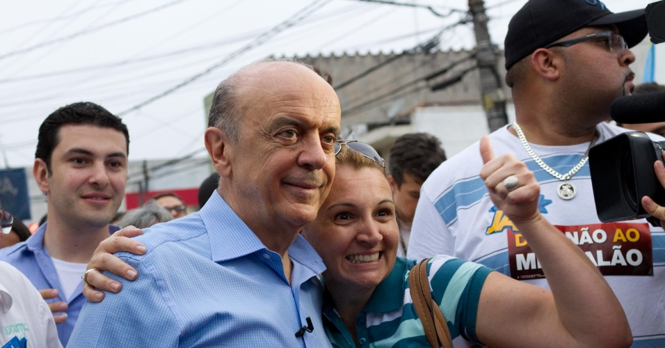 25.out.2012 - O candidato do PSDB à Prefeitura de São Paulo, José Serra, faz campanha pelo bairro do Sacomã, na região sul da capital paulista, na tarde desta quinta-feira