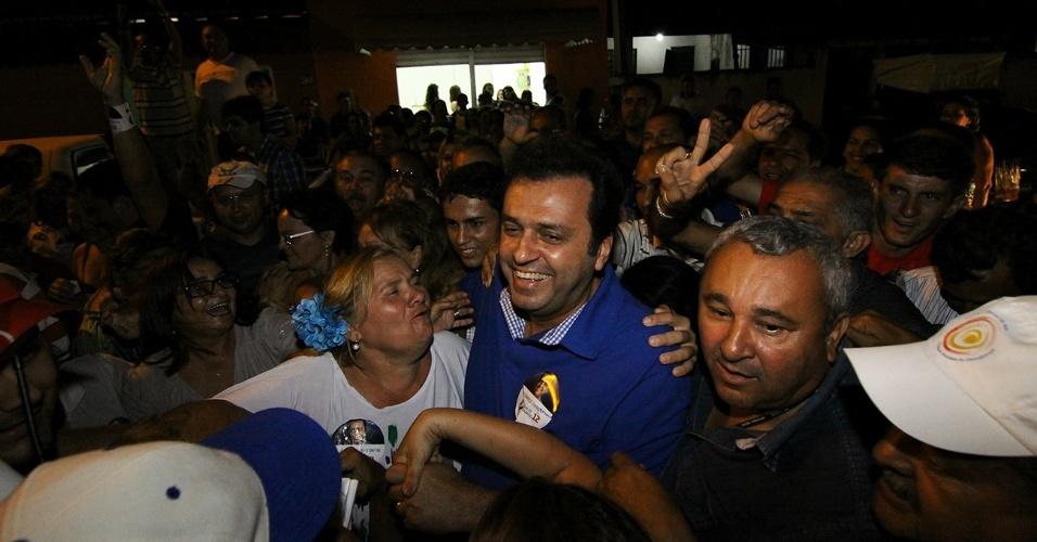25.out.2012 - O candidato do PDT à Prefeitura de Natal, Carlos Eduardo (de azul), realizou o último comício de campanha na zona norte da cidade