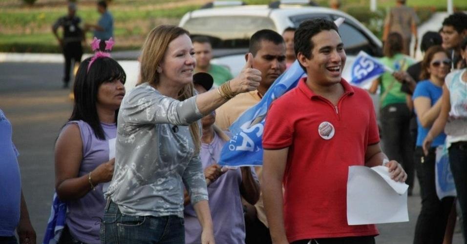 26.out.2012 - A candidata do PC do B à Prefeitura de Manaus, Vanessa Grazziotin (à esq.), fez panfletagem na porta da fábrica da LG e conversou com os eleitores