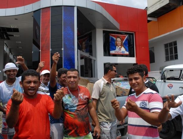 26.out.2012 - Cabos eleitorais da candidata à Prefeitura de Manaus, Vanessa Grazziotin (PCdoB), estiveram no comitê central da campanha, localizado  na zona Centro-Sul, para reivindicar o pagamento dos dias trabalhados durante o segundo turno das eleições. O prazo, segundo eles, teria expirado na quinta-feira (25)