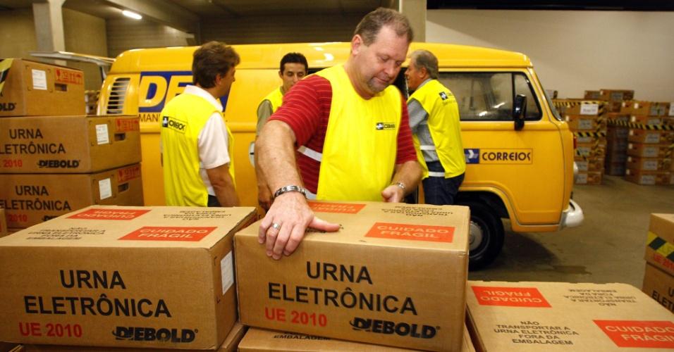 26.out.2012 - Funcionários dos Correios retiram urnas eletrônicas de depósito do Tribunal Regional Eleitoral do Paraná, em Curitiba, nesta sexta-feira, para entregá-las aos pontos de votação