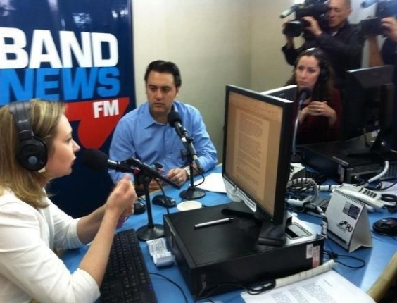 """26.out.2012 - Ratinho Jr., candidato do PSC à Prefeitura de Curitiba, concedeu entrevista à rádio """"BandNews"""" da capital paranaense"""