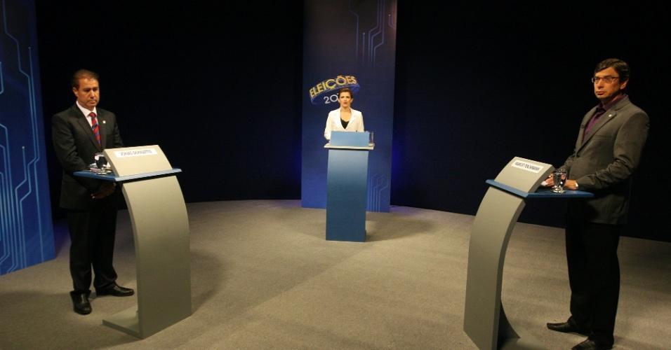 """26.out.2012 -Os candidatos à Prefeitura de Campinas (SP), Jonas Donizette (PSB) (à esq.) e Marcio Pochmann (PT), participam de debate promovido pela EPTV (afiliada da """"TV Globo""""), em Campinas, nesta sexta-feira"""