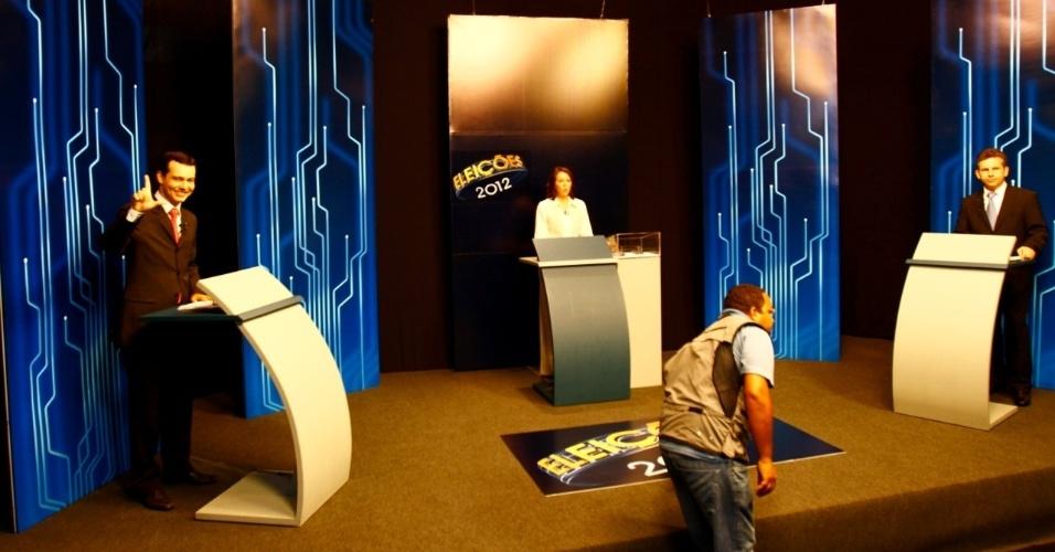 26.out.2012 - Os candidatos à Prefeitura de Cuiabá, Lúdio Cabral (PT, à esq.) e Mauro Mendes (PSB), participam de debate realizado pela TV Centro América