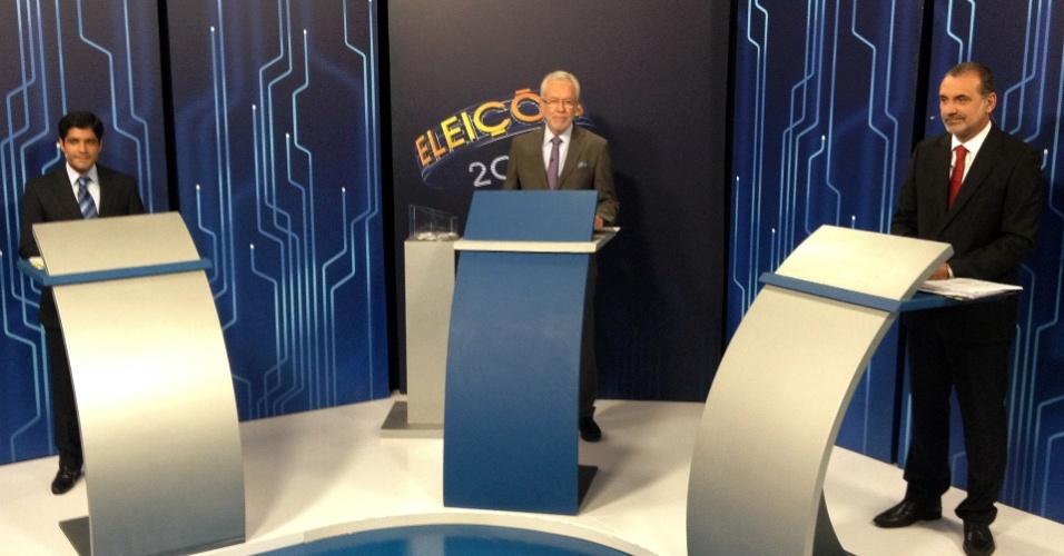 27.ago.2012 - Os candidatos a prefeito de Salvador, o petista Nelson Pelegrino (à dir.) e o democrata ACM Neto (à esq.) participam de debate na TV Bahia, afiliada da Rede Globo