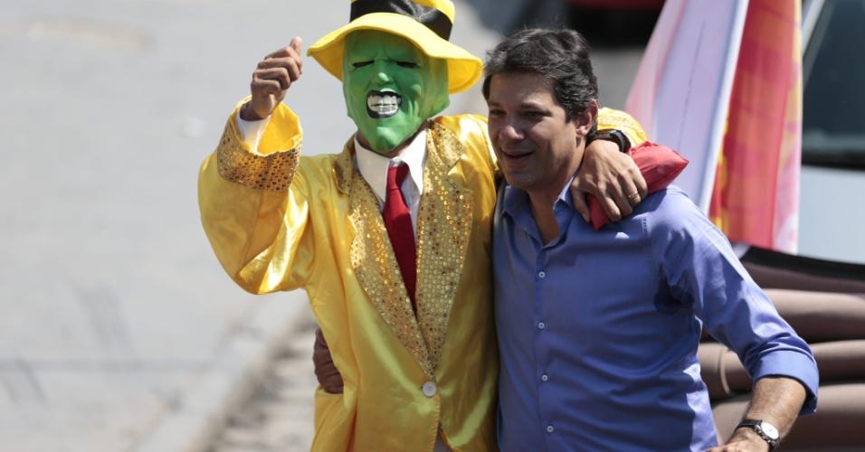 27.out.2012 - Fernando Haddad, candidato do PT à Prefeitura de São Paulo, faz última carreata de campanha no bairro Grajaú, zona sul da capital paulista. O candidato estava acompanhado de um militante vestido como o personagem Máscara, do filme americano homônimo