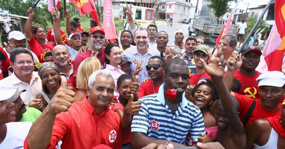 27.out.2012 - Nelson Pelegrino (no fundo com camisa listrada), candidato do PT a prefeito de Salvador, é cercado por eleitores durante caminhada no bairro Cajazeiras no último dia de campanha do segundo turno
