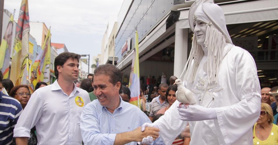 27.out.2012 - O candidato a prefeito de Campinas pelo PSB, Jonas Donizette (centro), cumprimenta artista de rua durante caminhada na rua 13 de Maio, região central da cidade