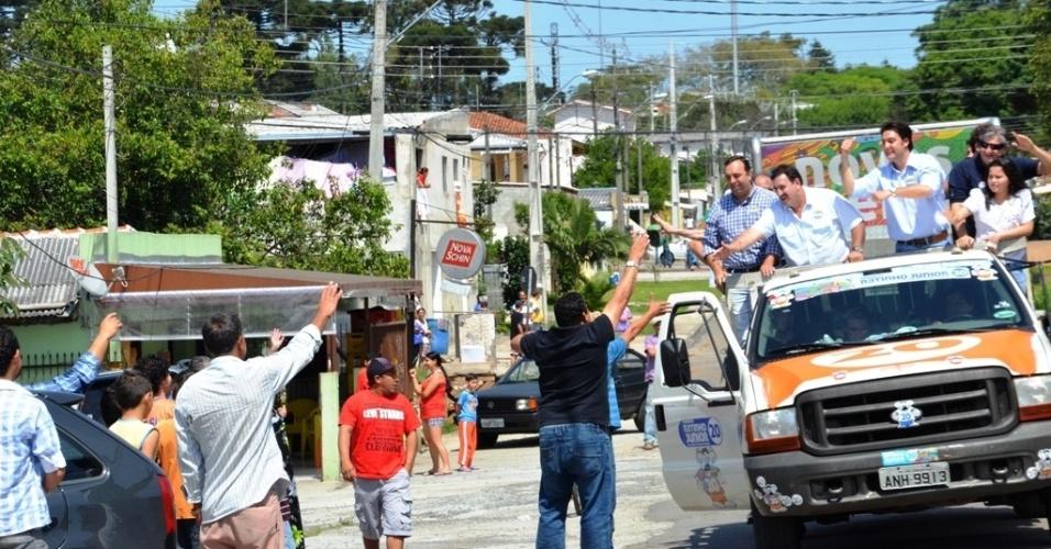 27.out.2012 - O candidato à Prefeitura de Curitiba Ratinho Jr. (PSC) contou com a companhia do pai, o apresentador Ratinho (à esq., de branco), em uma carreata pelas ruas da capital paranaense