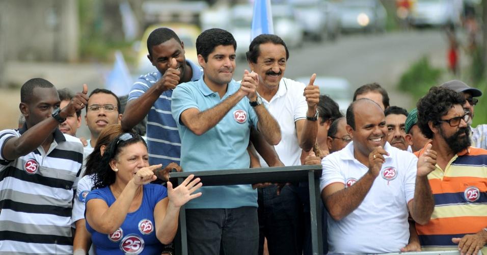 27.out.2012 - O candidato do DEM à Prefeitura de Salvador, ACM Neto (de azul claro), participa de carreata em Dom Avelar no última dia de campanha do segundo turno
