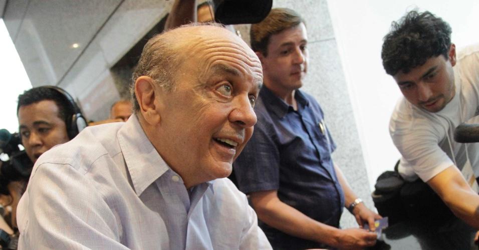 27.out.2012 - O candidato do PSDB à Prefeitura de São Paulo, José Serra, brinca com bebê durante ato de campanha no Expo Center Norte, na zona norte da capital
