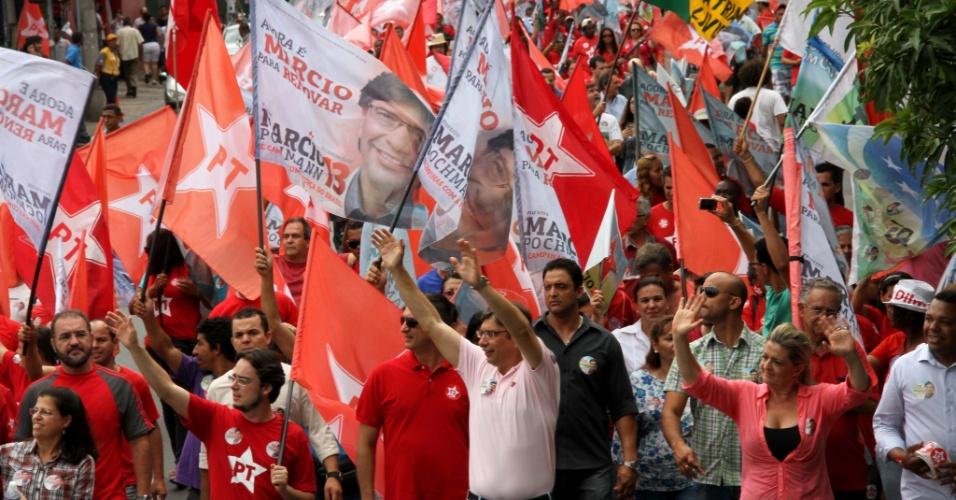 27.out.2012 - O candidato do PT à Prefeitura de Campinas, Marcio Pochmann (centro), participa da caminhada na rua 13 de Maio