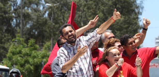 Candidato Elmano de Freitas (PT), de camisa xadrez, participa de carreata pelas ruas da capital cearense