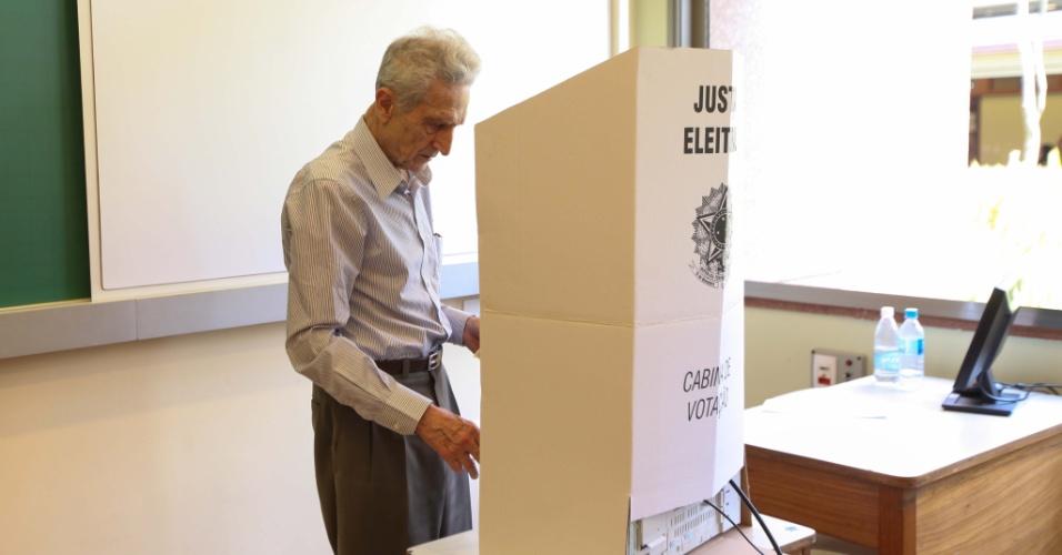 28.10.2012 - O ex-presidenciável Plínio de Arruda Sampaio (PSOL) vota no segundo turno da eleição municipal no Colégio Santa Cruz, em Pinheiros, na zona oeste de São Paulo