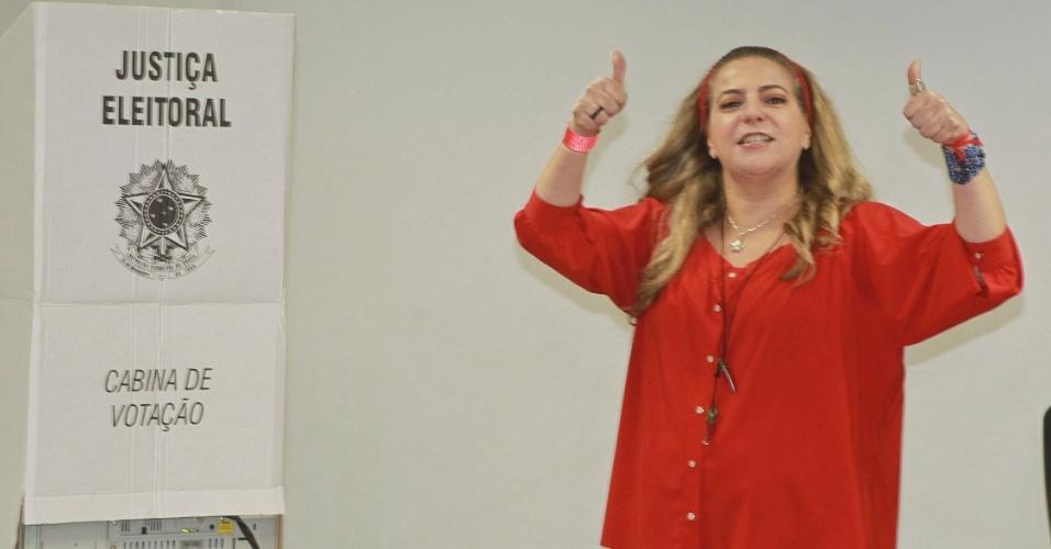 28.out.2012 - A atual prefeita de Fortaleza (CE), Luizianne Lins, vota na Assembleia Legislativa da cidade. A política apoia o candidato Elmano de Freitas (PT)