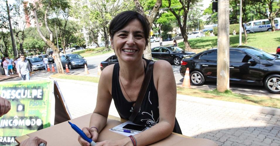 28.out.2012 - A ex-candidata a prefeita de São Paulo Soninha Francine (PPS) prestigia ato em defesa de uma  'política mais limpa', em frente ao colégio Santa Cruz, na zona oeste de São Paulo (SP), neste domingo (28). Soninha declarou  apoio a José Serra (PSDB) no segundo turno