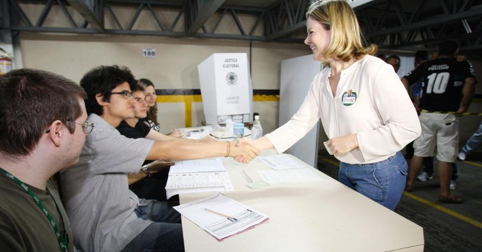 28.out.2012 - A ministra-chefe da Casa Civil, Gleisi Hoffmann, vota na Universidade Unicuritiba, na capital paranaense, após acompanhar a votação de Gustavo Fruet, candidato do PDT à prefeitura