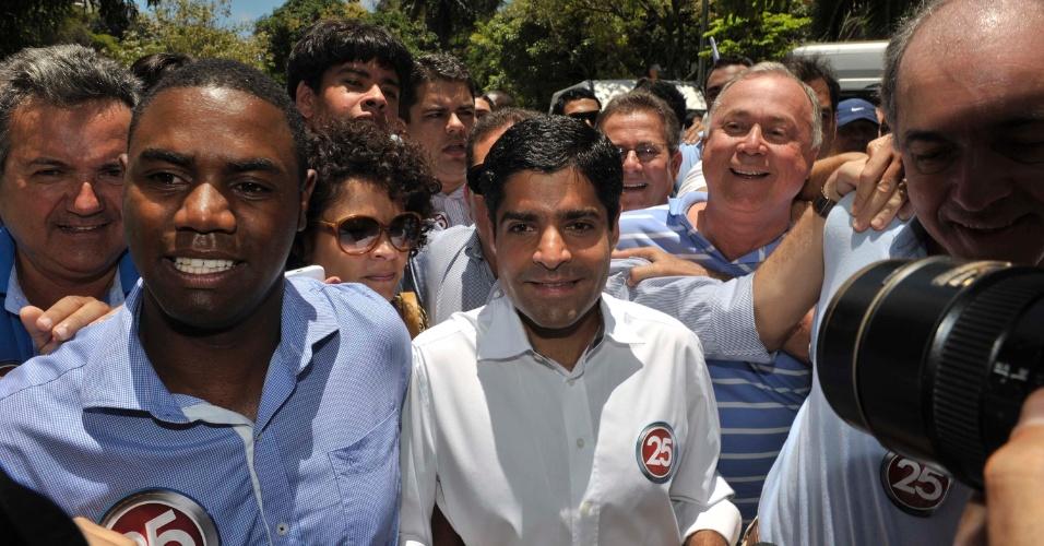 28.out.2012 - ACM Neto, candidato do DEM à Prefeitura de Salvador, vota na Faculdade de Administração da Universidade Federal da Bahia (UFBA). O candidato disputa o 2º turno com Nelson Pelegrino (PT) e lidera as pesquisas de intenção de voto