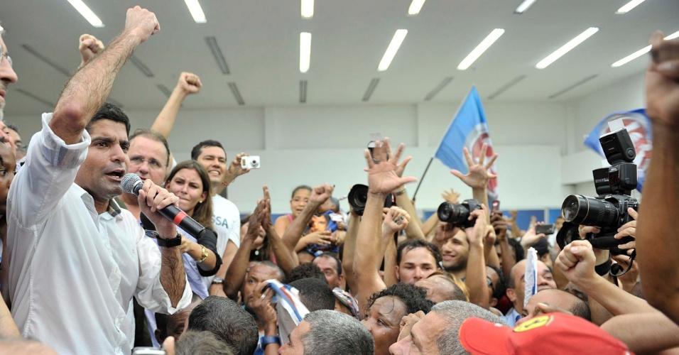 28.out.2012 - ACM Neto comemora no comitê do DEM após vencer as eleições. Ele superou Nelson Pelegrino (PT) e venceu o segundo turno da disputa para a Prefeitura de Salvador