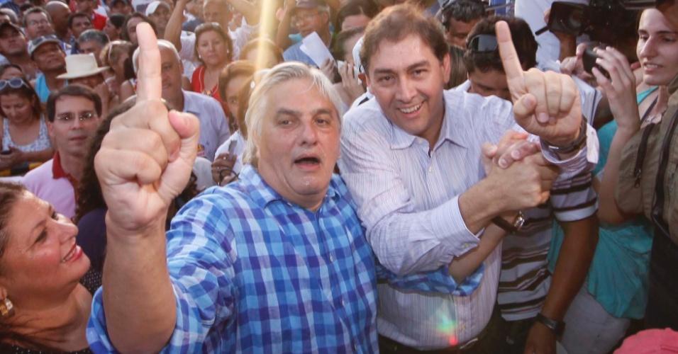 28.out.2012 - Alcides Bernal (PP) venceu a disputa pela Prefeitura de Campo Grande (MS) e encerrou uma hegemonia de 20 anos do PMDB na cidade. Com 62,5% dos votos, Bernal derrotou Edson Giroto (PMDB), que obteve 37,5%. O senador Delcídio do Amaral (de xadrez) participa da comemoração