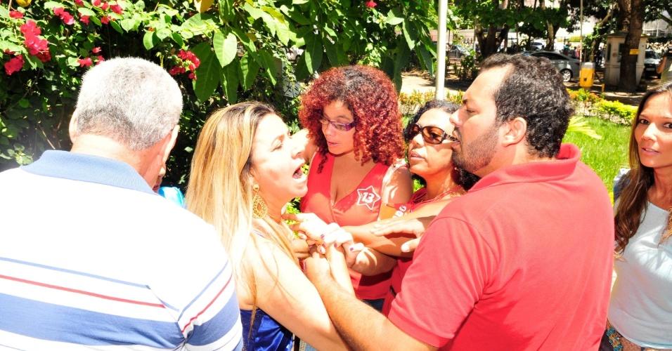 28.out.2012 - Antes da votação dos candidatos à Prefeitura de Salvador, ACM Neto (DEM) e Nelson Pelegrino (PT), militantes do DEM e do PT se enfrentaram na entrada da Universidade Federal da Bahia