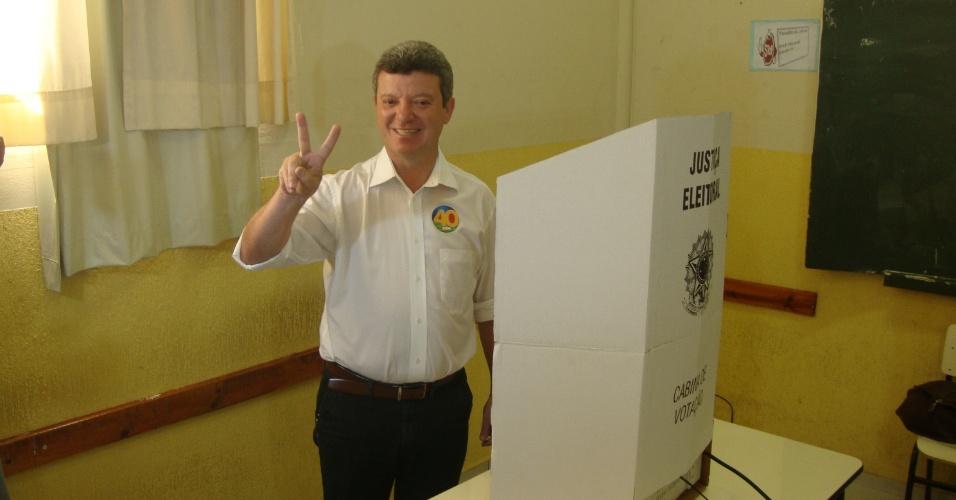 28.out.2012 - Antônio Lerin, candidato à Prefeitura de Uberaba pelo PSB, em Minas Gerais, vota no colégio Tiradentes, na praça Governador Magalhães Pinto, na manhã deste domingo (28), segundo turno das eleições municipais