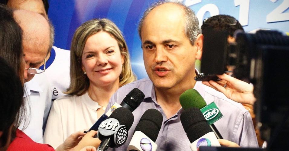 28.out.2012 - Ao lado da ministra Gleisi Hoffmann (à esquerda), Gustavo Fruet (direita) fala à imprensa após vencer a disputa pela Prefeitura de Curitiba, no Paraná