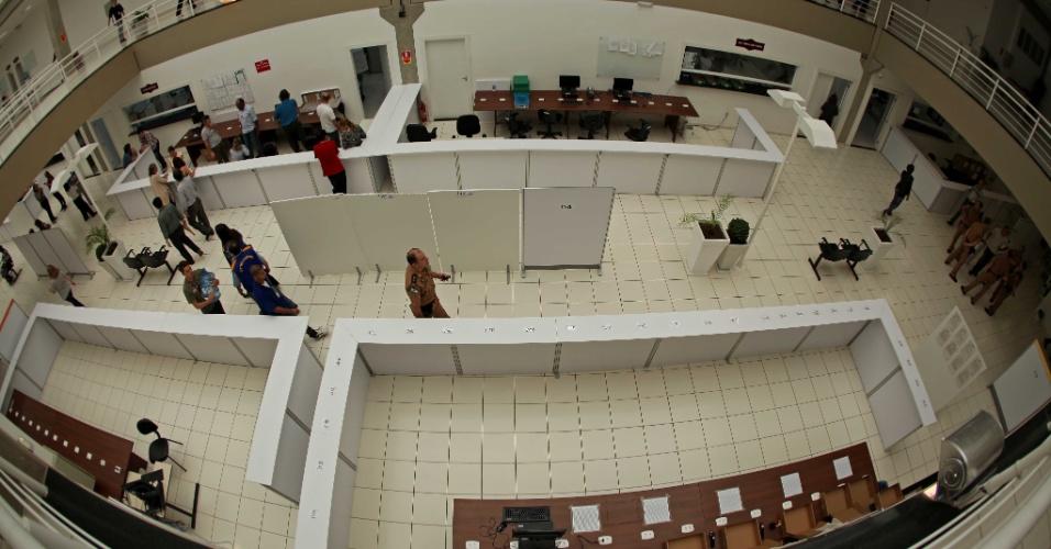 28.out.2012 - Apuração começa no Tribunal Eleitoral em Curitiba. Gustavo Fruet (PDT) reverteu o resultado do primeiro turno e venceu a disputa pela Prefeitura de Curitiba