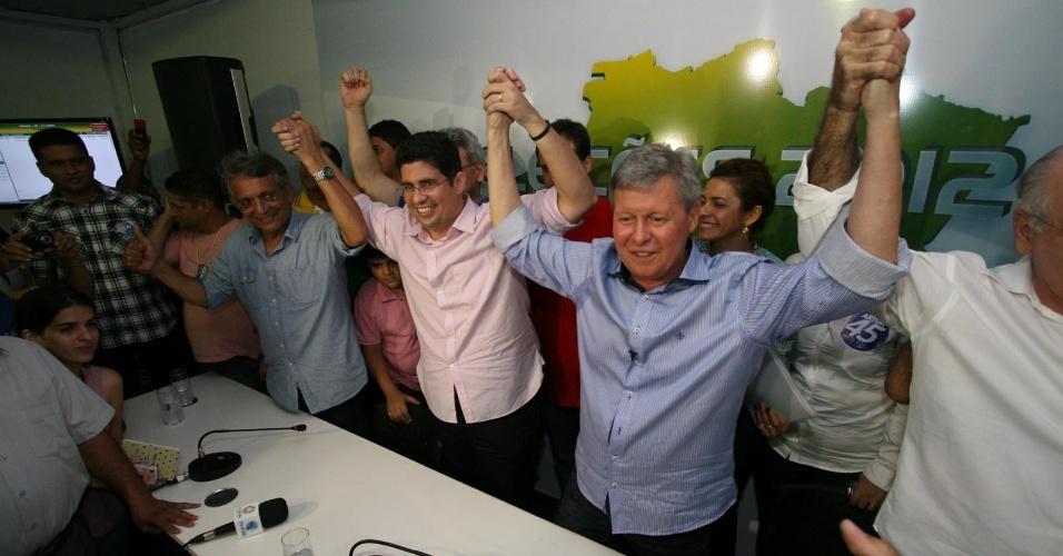 28.out.2012 - Arthur Virgílio (PSDB) comemora após vencer disputa pela Prefeitura de Manaus. Ele confirmou a liderança do primeiro turno e venceu Vanessa Grazziotin (PC do B), elegendo-se prefeito de Manaus mais uma vez