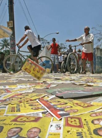 28.out.2012 - Campanha suja as ruas de Belford Roxo, na Baixada Fluminense, durante o segundo turno da eleição municipal neste domingo (28)