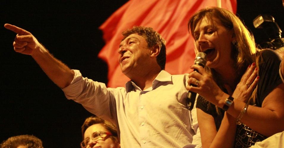 28.out.2012 - Carlos Grana (PT) comemora vitória pela Prefeitura de Santo André (SP) neste domingo (28). Com 53,9% dos votos, Grana derrotou Aidan Ravin, que obteve 46,1%