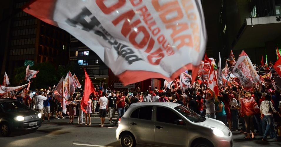28.out.2012 - Carros passam por militantes do PT que comemoram eleição de Fernando Haddad (PT), à Prefeitura de São Paulo, na noite deste domingo. Em discurso no local, Haddad disse que