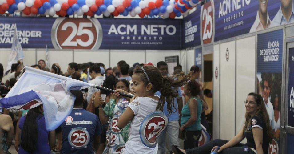28.out.2012 - Eleitores comemoram vitória de ACM Neto (DEM) no comitê do partido. ACM superou Nelson Pelegrino (PT) e foi eleito prefeito de Salvador