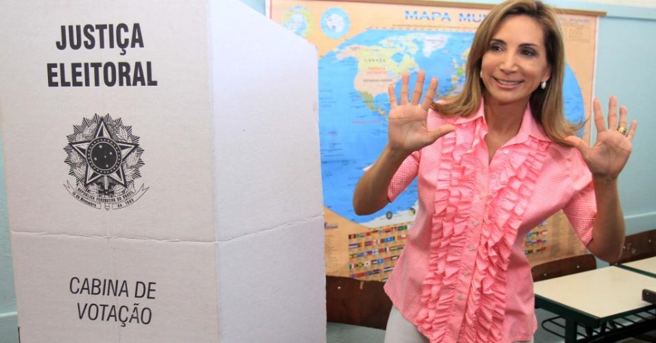 28.out.2012 - Dárcy Vera, atual prefeita de Ribeirão Preto (SP) e candidata à reeleição, vota na escola Erminio Gugliani, no bairro Vila Tibério, usando o tradicional traje rosa, a cor de sua campanha