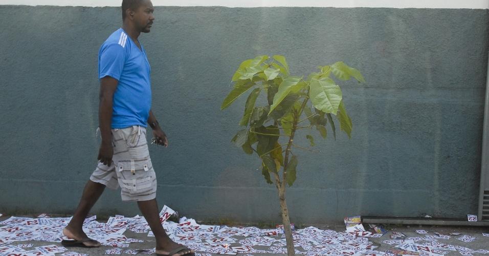 28.out.2012 - Eleitor caminha por rua lotada de panfletos de candidatos em rua de São Gonçalo, o maior colégio eleitoral do Rio de Janeiro neste segundo turno