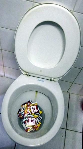 28.out.2012 - Eleitores de Rio Branco, no Acre, jogam material de propaganda no vaso sanitário do banheiro da escola Roberto Sanches Mubarac, no bairro Seis de Agosto, onde funcionam quatro seções eleitorais
