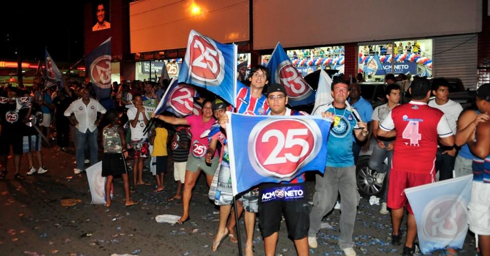 28.out.2012 - Eleitores aguardam na avenida Vasco da Gama a chegada de ACM Neto. Ele superou Nelson Pelegrino (PT) e foi eleito prefeito de Salvador