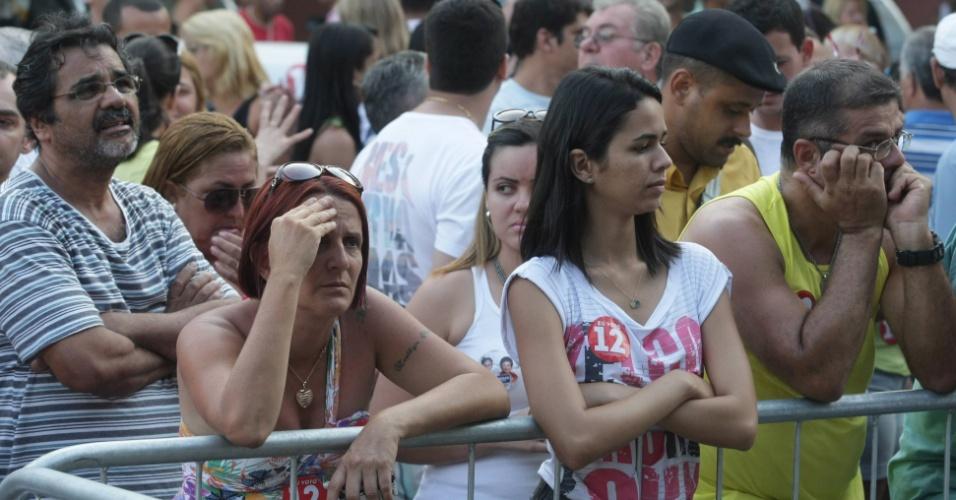 28.out.2012 -  Eleitores ficam triste com derrota nas urnas do candidato Adolfo Konder à Prefeitura de São Gonçalo