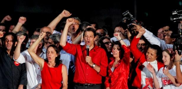 Haddad discursa em palco montado por militantes do PT na avenida paulista, zona central