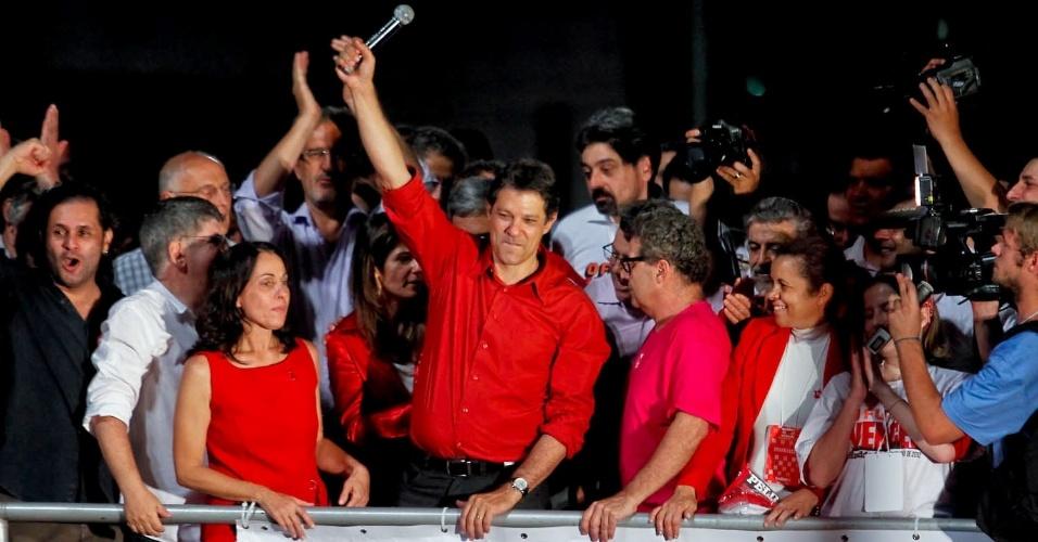 28.out.2012 - Fernando Haddad (PT) (com microfone), prefeito eleito de São Paulo neste domingo, discursa em palco montado por militantes do PT na avenida paulista, zona central da capital paulista. O petista disse que