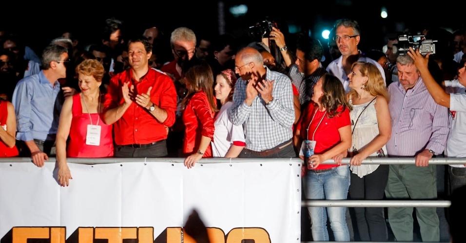 28.out.2012 - Fernando Haddad (PT) (de vermelho), prefeito eleito de São Paulo neste domingo, chega a palco montado por militantes do PT na avenida paulista, zona central da capital paulista. Em discurso realizado após a divulgação do resultado, Haddad disse que vai 'derrubar o muro da vergonha que separa ricos e pobres'