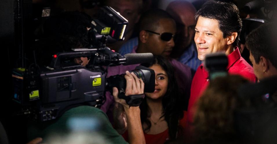 28.out.2012 - Fernando Haddad (PT) é cercado por jornalistas durante votação em São Paulo, neste domingo (28)