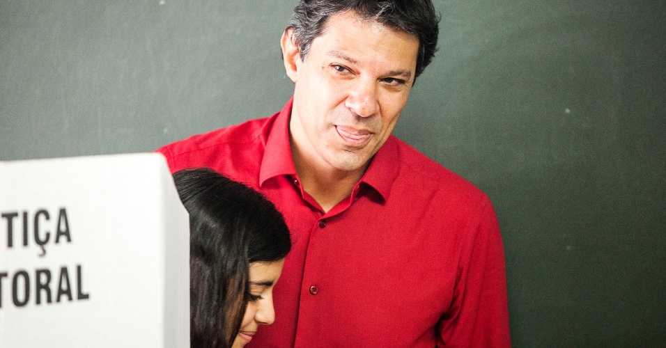28.out.2012 - Fernando Haddad (PT) vota acompanhado da filha em São Paulo, neste domingo (28). 'São Paulo hoje é Brasil, tem de levar em conta o peso da cidade no âmbito federal para o desenvolvimento do país', afirmou o petista durante entrevista coletiva após a votação