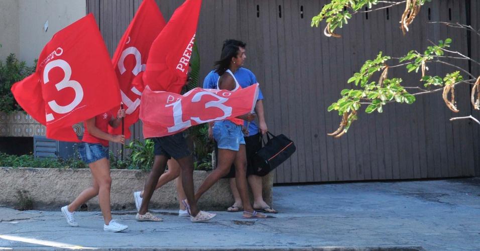 28.out.2012 - Flagrante de boca de urna nos arredores da seção eleitoral na qual votou o candidato Rodrigo Neves (PT)