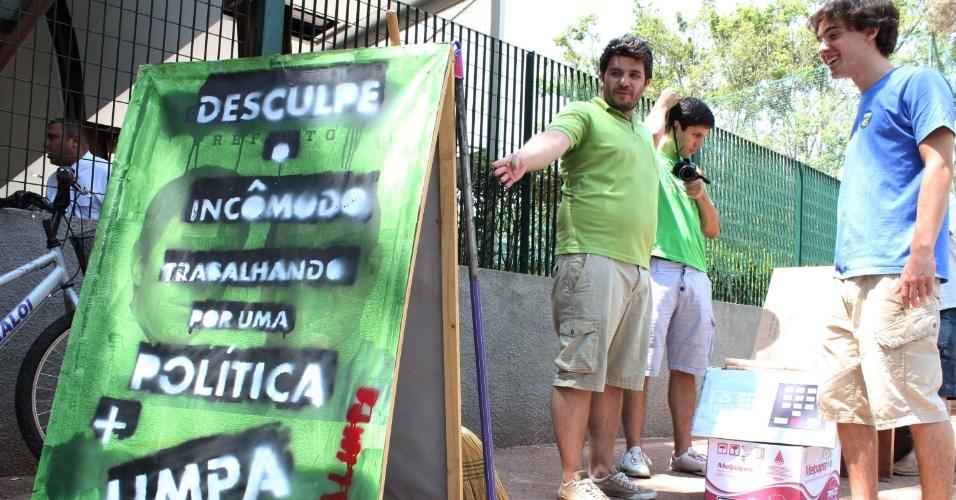 28.out.2012 - Grupo apartidário de jovens utiliza placas, vassouras e uma urna de papelão durante um protesto por uma 'política mais limpa', em frente ao colégio Santa Cruz, na zona oeste de São Paulo (SP), neste domingo. Alguns manifestantes usavam adesivos do candidato José Serra (PSDB)