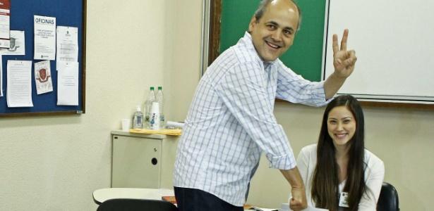 Gustavo Fruet, candidato do PDT à Prefeitura de Curitiba, vota utilizando urna biométrica